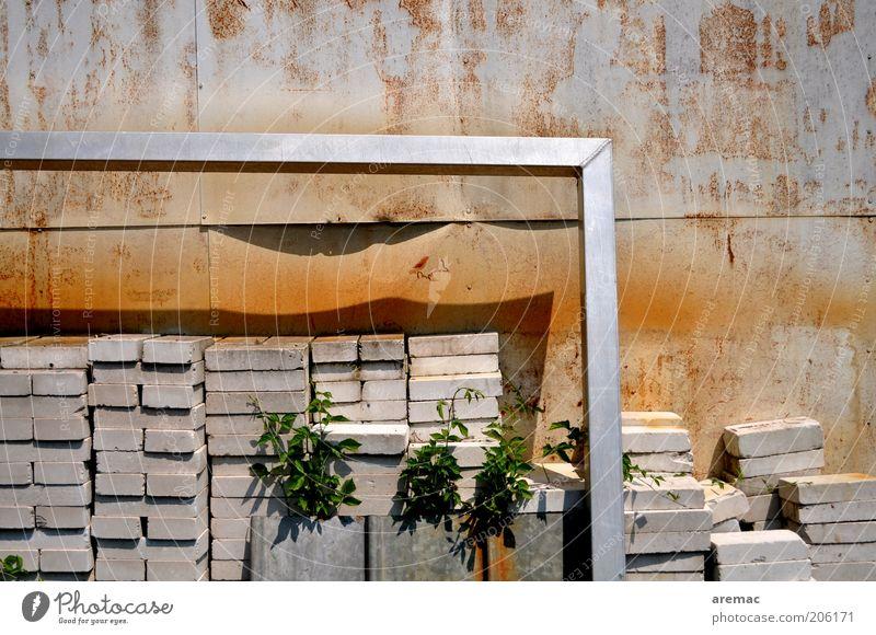 Defensivstrategie alt Wand Mauer Stein braun Beton skurril Tor Rahmen silber Stapel Pfosten Aluminium Haufen Absicherung Defensive