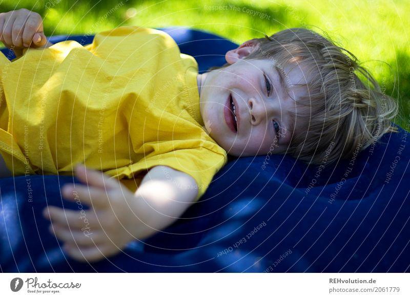 Sommer 2017 Mensch maskulin Kind Kleinkind Junge Familie & Verwandtschaft Kindheit Gesicht 1-3 Jahre Umwelt Natur Garten Wiese T-Shirt Lächeln lachen liegen