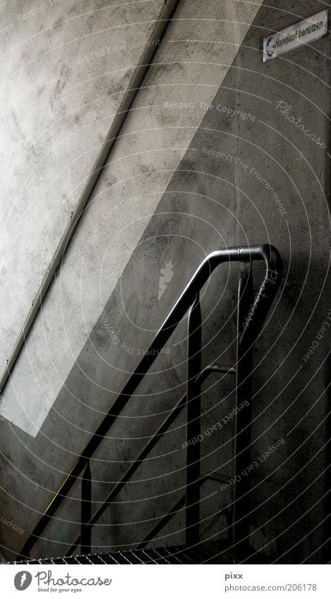 Download Innenarchitektur Gebäude Treppe Metall Schilder & Markierungen alt dreckig dunkel grau schwarz Geländer Treppenabsatz Farbfoto Innenaufnahme