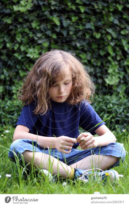 Träumer... Mensch Kind Ferien & Urlaub & Reisen Einsamkeit Traurigkeit Junge Zeit Denken träumen nachdenklich Kindheit trist sitzen 8-13 Jahre T-Shirt Jeanshose