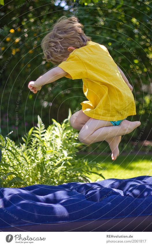 sommer 2017 - wupp Mensch Kind Junge 1-3 Jahre Kleinkind Umwelt Natur Garten Wiese T-Shirt Luftmatratze Bewegung Spielen springen Fröhlichkeit Glück gelb grün