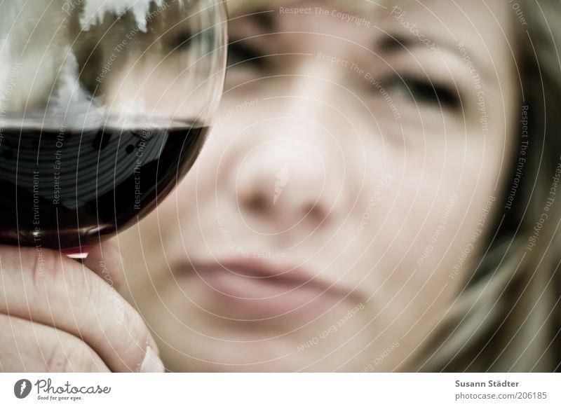 Auf die *400* anstoßen! Frau Jugendliche Erholung Hand 18-30 Jahre Erwachsene Traurigkeit Lebensmittel träumen Zufriedenheit blond genießen Getränk Finger trinken nah