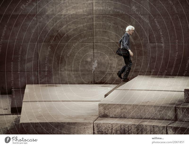 weißhaariger schlanker Mann geht über Stufen allein gehen Locken Tasche laufen urban grau Treppensteigen Wand aufwärts Single einzeln zielstrebig Textfreiraum