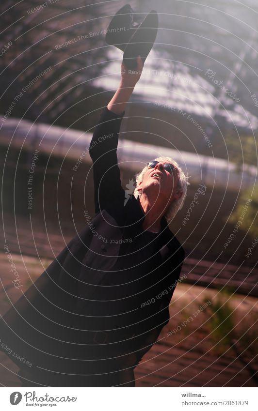 der lichtfänger Mensch Mann Erwachsene Leben Lifestyle Senior träumen elegant einzigartig Show Veranstaltung Hut Sonnenbrille Künstler Entertainment Gewächshaus