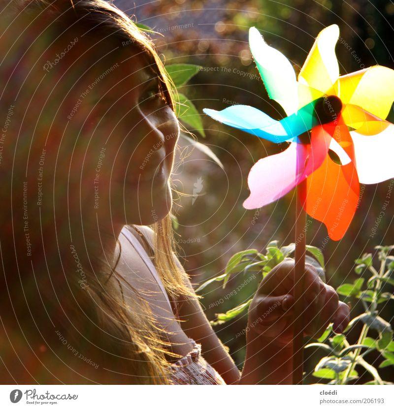 sommerfroh Freude Glück Zufriedenheit Spielen feminin Junge Frau Jugendliche 1 Mensch 18-30 Jahre Erwachsene Sonnenlicht brünett genießen Lächeln leuchten frei