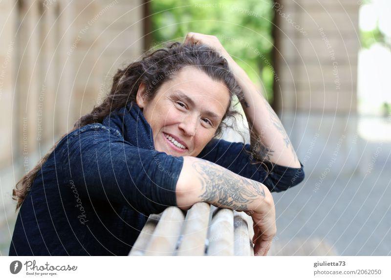AST 10 | be happy ||| feminin Junge Frau Jugendliche Erwachsene Leben Mensch 30-45 Jahre Tattoo brünett langhaarig Locken Rastalocken Lächeln lachen authentisch