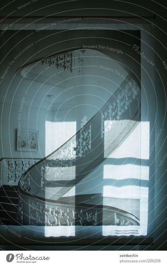 Foto: Köhler alt Dekoration & Verzierung historisch Surrealismus Treppengeländer Treppenhaus Ornament Altbau filigran geschwungen Schattenspiel Lichteinfall