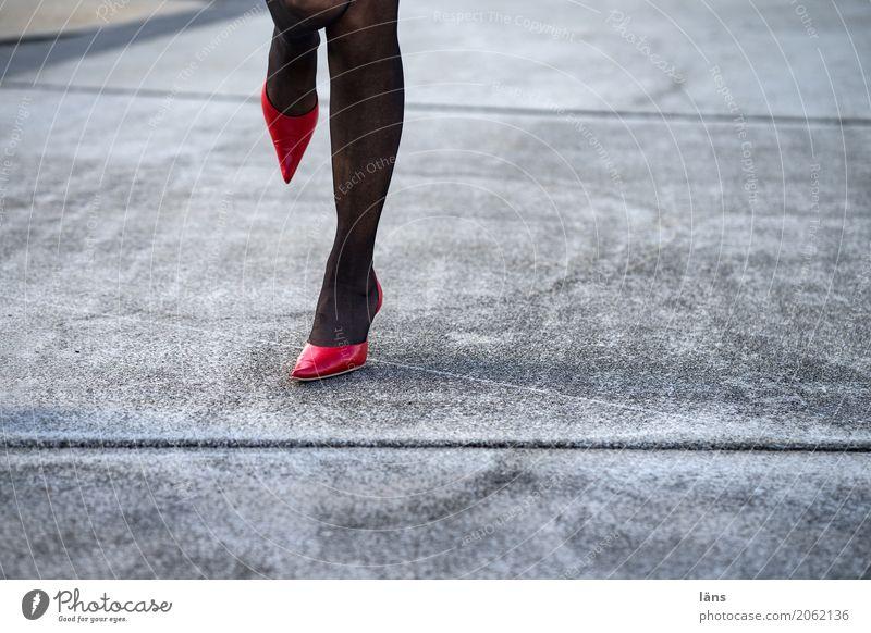 AST 10 l standhaft links feminin Leben Beine Fuß Schuhe Damenschuhe stehen glänzend Erotik Stadt grau Lebensfreude Kraft Mut Beginn anstrengen Bewegung