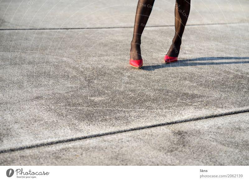 AST10 l los gehts Lifestyle Mensch feminin Frau Erwachsene Leben Beine Platz Strümpfe Schuhe Damenschuhe gehen stehen Erotik grau Coolness Optimismus