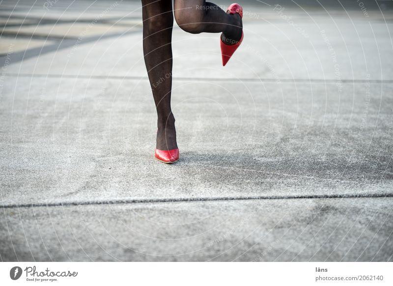 AST 10 l standhaft rechts Frau Stadt Erotik Leben Gefühle Beine Bewegung feminin Fuß grau Stadtleben glänzend Schuhe Beginn genießen Lebensfreude