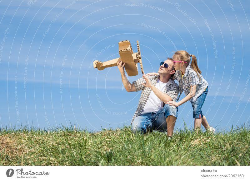Vater und Tochter, die mit Pappspielzeugflugzeug spielen Lifestyle Freude Glück Leben Freizeit & Hobby Spielen Ferien & Urlaub & Reisen Abenteuer Freiheit