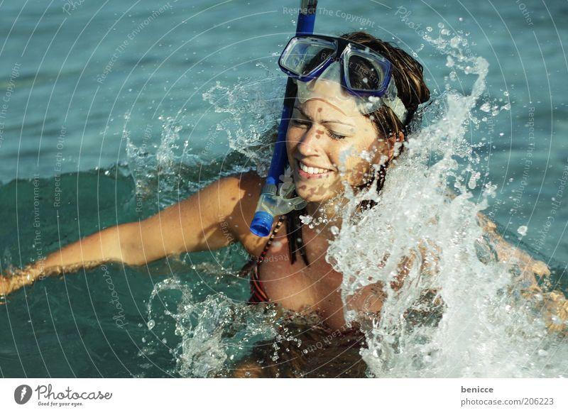 erwischt Frau Mensch Jugendliche Wasser Meer Freude Ferien & Urlaub & Reisen Glück lachen Wellen lustig bedrohlich Schwimmen & Baden Bikini