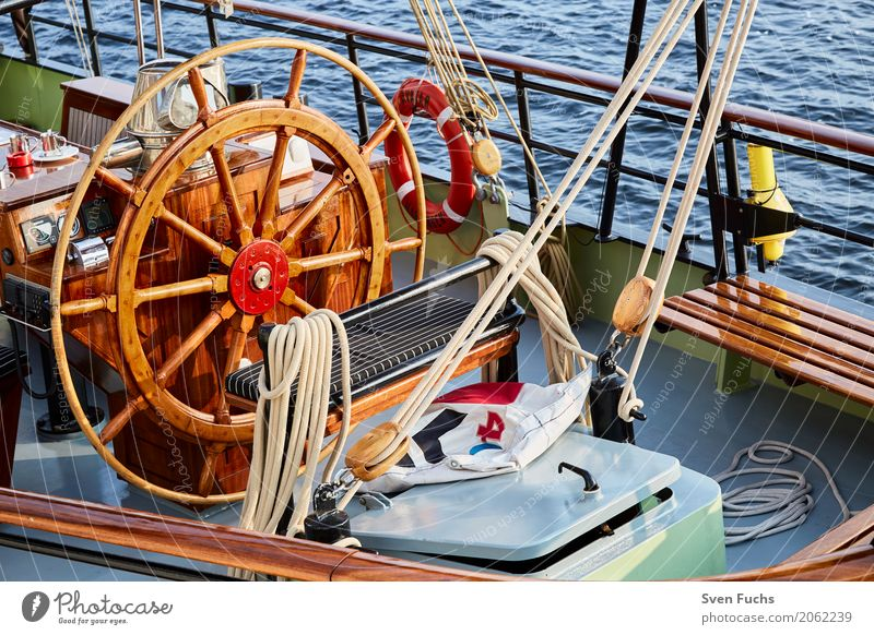 Steuerrad eines Segelschiffes Seil Hafen Schifffahrt Wasserfahrzeug Knoten maritim Wilhelmshaven Landkreis Friesland Ostfriesland Trosse leine Schiffsdeck