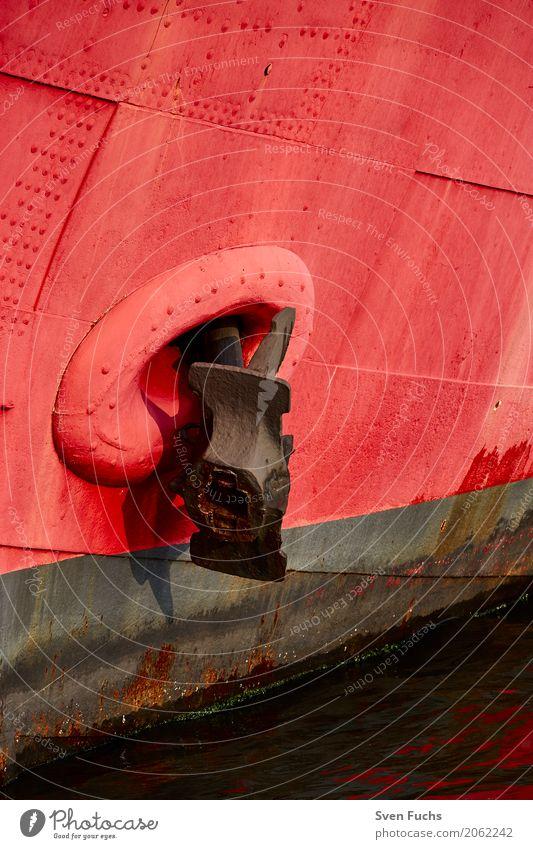 Roter Schiffsbug mit Anker Schifffahrt Wasserfahrzeug Stahl Rost maritim rot festmachen Landkreis Friesland Kapitän Ostfriesland Schiffsrumpf wassser
