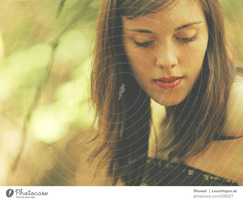 windstill elegant Sinnesorgane Erholung ruhig Junge Frau Jugendliche Gesicht brünett Denken genießen träumen Traurigkeit ästhetisch schön feminin nachdenklich