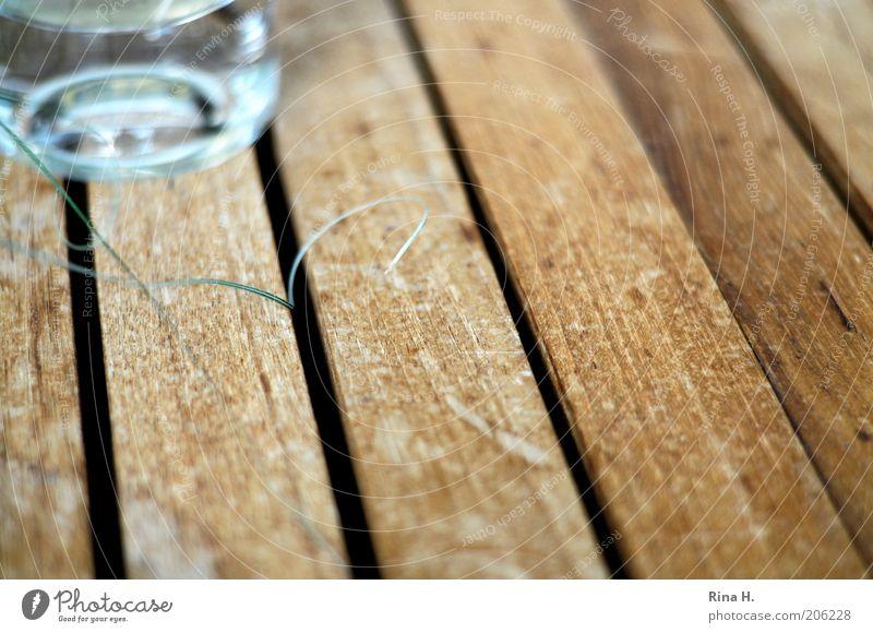 Die kleinen Dinge Gras Glas zart Tisch Halm Holz filigran Holztisch Teak