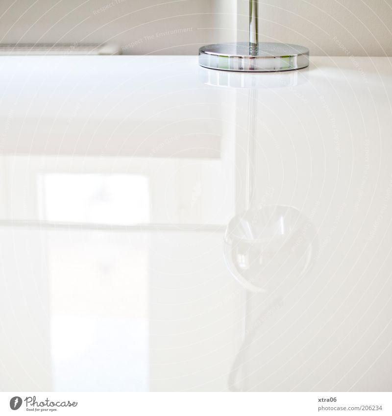 white Tisch Tischlampe Lampe einfach elegant Reflexion & Spiegelung Wand Farbfoto Innenaufnahme Textfreiraum links Textfreiraum rechts Textfreiraum unten