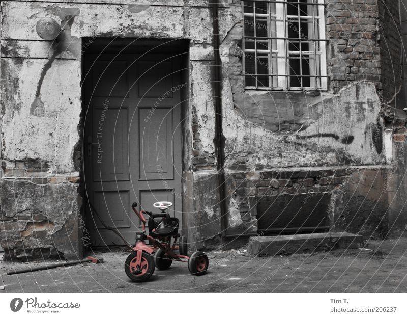 Spuren Stadt alt rot Einsamkeit Haus Fenster Wand Berlin Gebäude Mauer grau Deutschland Häusliches Leben Tür trist Europa