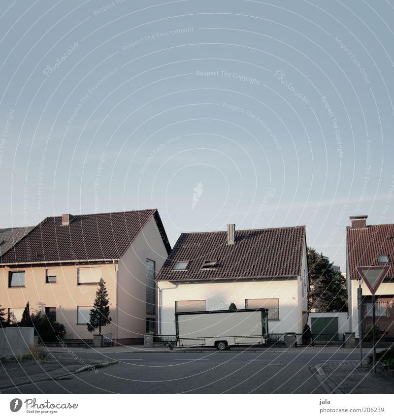 vorort Himmel Stadt Haus Einfamilienhaus Bauwerk Gebäude Verkehrswege Straße Anhänger Farbfoto Außenaufnahme Menschenleer Textfreiraum oben Dämmerung Schatten