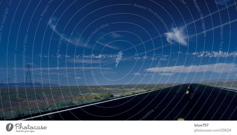 Open Sky Himmel weiß blau schwarz Wolken gelb Ferne Straße Kabel Strommast elektronisch Hochspannungsleitung Mittelstreifen