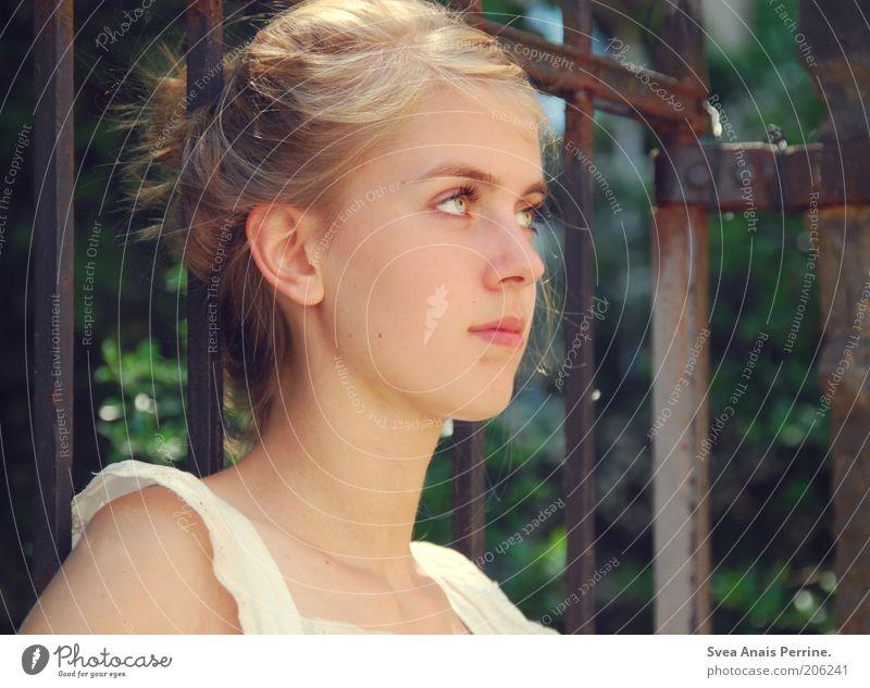 """""""Ich wünsch mir, dass es bleibt wie es ist"""" elegant Stil schön Erholung feminin Junge Frau Jugendliche Auge 1 Mensch Natur Tor Haare & Frisuren blond Zopf"""