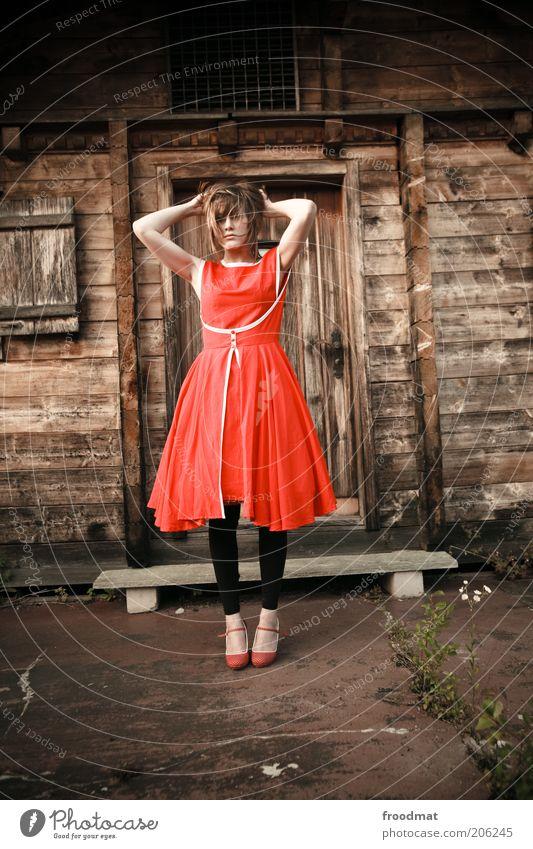 hüttenkäse Mensch Frau Jugendliche rot Erwachsene feminin Holz Haare & Frisuren Mode Tür Fassade modern stehen Lifestyle Junge Frau retro