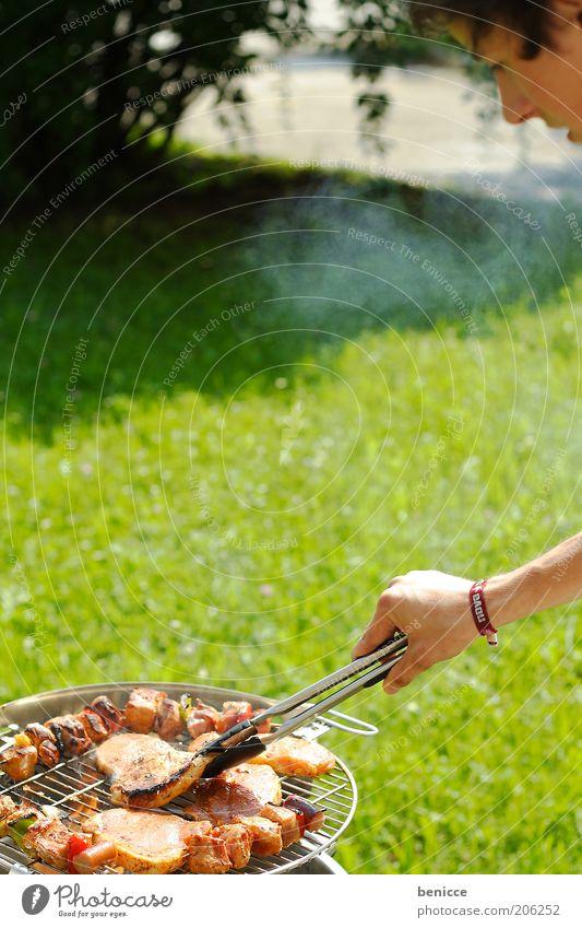 BBQ Mann Mensch Grillen Griller Fleisch Garten Jugendliche Koch kochen & garen Natur Sonne Sommer Grillsaison Grillrost Grillzange Fleischspieß Steak See Wiese