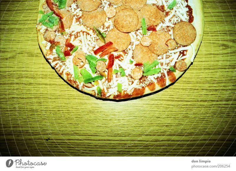 Foodfotografie 1.Platz Lebensmittel Pizza Salami Ernährung Mittagessen Abendessen Fastfood Italienische Küche Tisch Holz frisch Billig kalt modern retro trashig