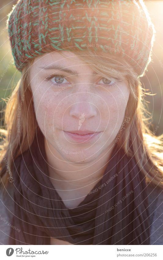 herbstportrait Frau Mensch Porträt Herbst frontal Mütze Winter Blick in die Kamera attraktiv schön Natur natürlich selbstbewußt rot Dämmerung Gegenlicht Schal