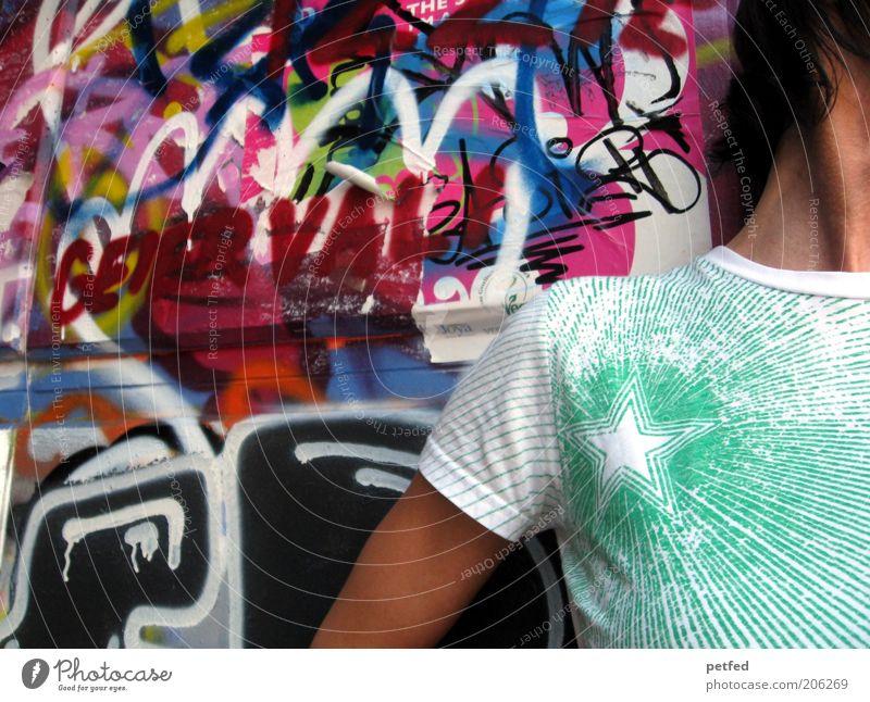 My colours Mensch Jugendliche grün Mädchen Junger Mann Graffiti Wand Leben Mauer Stein Mode Kunst Fassade Zufriedenheit Arme