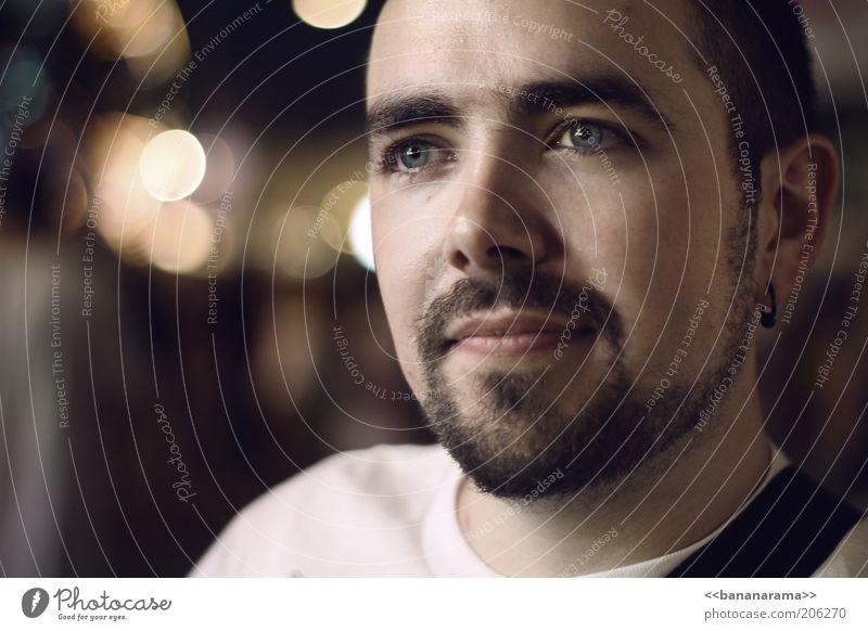 8-) Gesicht maskulin Junger Mann Jugendliche Erwachsene 1 Mensch 18-30 Jahre T-Shirt Ohrringe brünett kurzhaarig Bart Oberlippenbart Vollbart Behaarung Denken