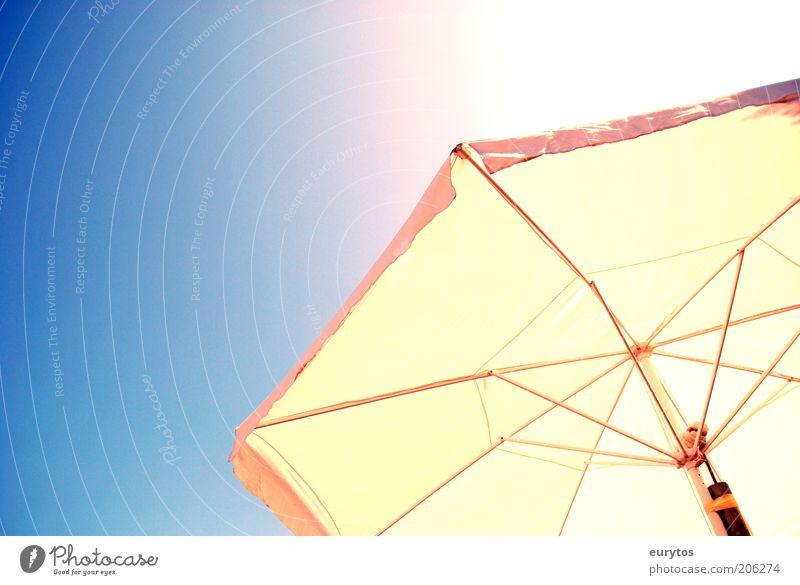 Sonnenschutz Metall Sonnenschirm Wärme Sommer sommerlich Sonnenstrahlen Farbfoto mehrfarbig Außenaufnahme Textfreiraum links Hintergrund neutral Tag