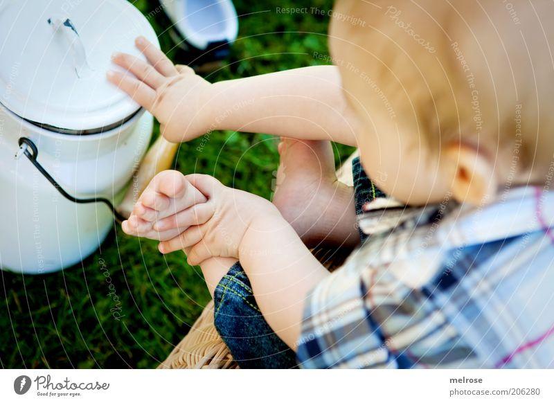 Jungbauer ? Mensch Kind blau Sommer Leben Junge Gras Garten Glück klein Fuß Baby blond sitzen Kindheit Finger