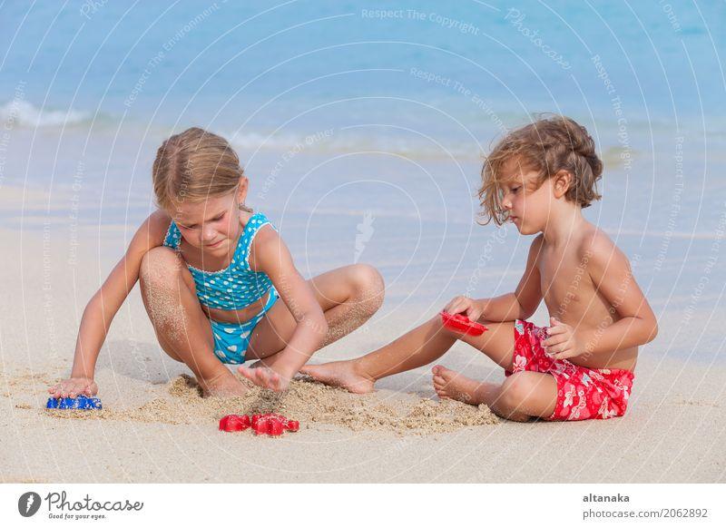 Zwei glückliche Kinder, die auf dem Strand spielen Lifestyle Freude Glück schön Erholung Freizeit & Hobby Spielen Ferien & Urlaub & Reisen Freiheit Sommer Sonne