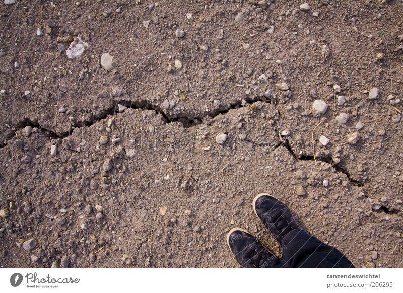 Keinen Schritt weiter! schwarz Stein Fuß Schuhe braun Erde Boden trocken Riss Spalte Dürre vertrocknet Klimawandel Zeit Problematik Damenschuhe