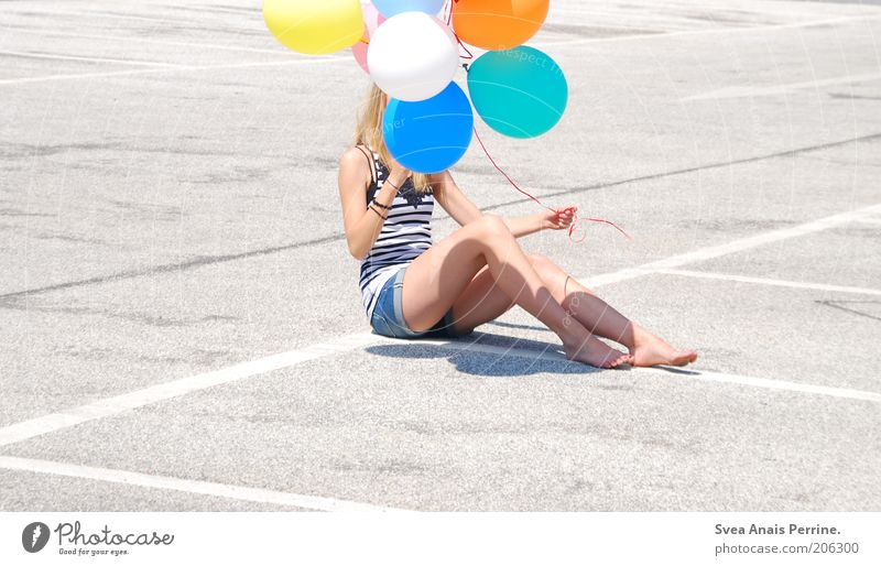 luft &liebe. Lifestyle Stil Freude Glück Freizeit & Hobby feminin Junge Frau Jugendliche 1 Mensch Parkhaus Luftballon Beton festhalten Coolness trendy dünn