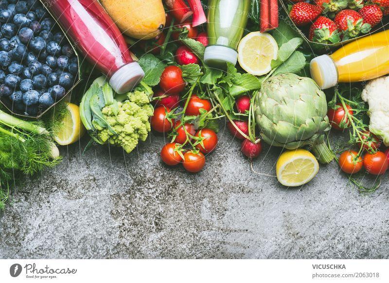 Smoothie und Säfte in Flaschen mit Obst und Gemüse Lebensmittel Frucht Ernährung Getränk Erfrischungsgetränk Saft Lifestyle Stil Design Gesundheit