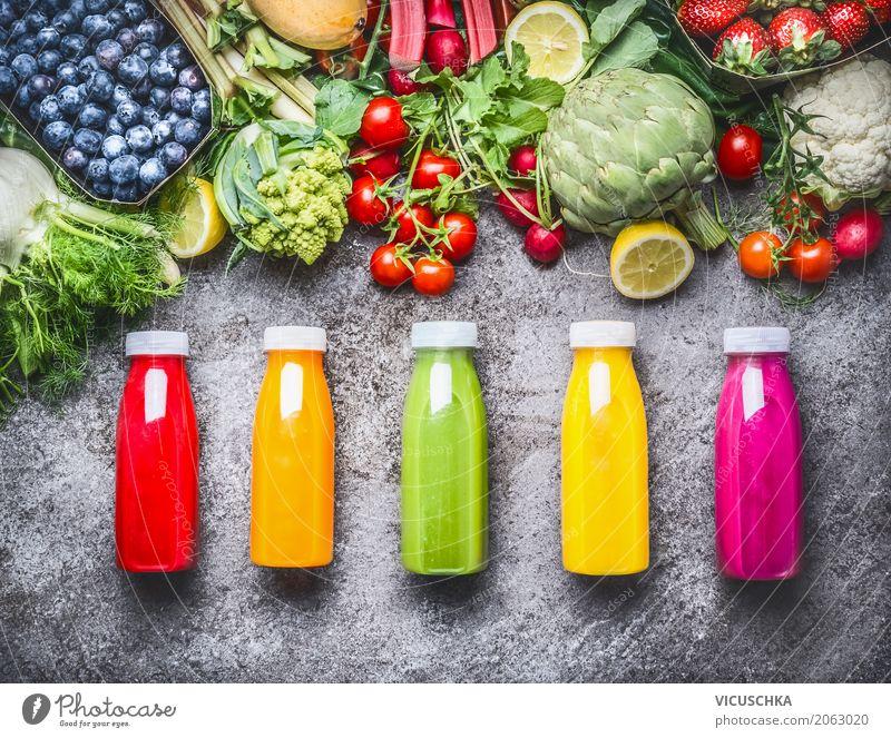 Gesunde Getränke in Flaschen: Smoothies und Säfte Lebensmittel Gemüse Frucht Bioprodukte Vegetarische Ernährung Erfrischungsgetränk Limonade Saft Lifestyle Stil