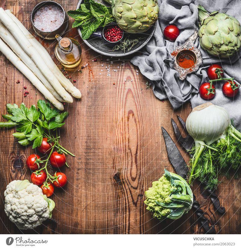 Vegetarische Küche mit Spargel und anderes Bio Gemüse Lebensmittel Kräuter & Gewürze Ernährung Mittagessen Bioprodukte Vegetarische Ernährung Diät Geschirr