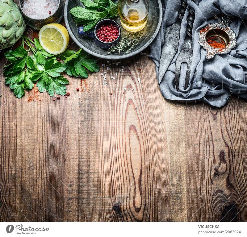 Frische Küchenkräuter und Gewürze auf rustikalem Küchentisch Gesunde Ernährung Foodfotografie Essen Leben Hintergrundbild Stil Lebensmittel Design