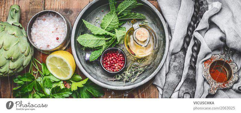 Frische Küchenkräuter und Gewürze auf rustikalem Küchentisch Lebensmittel Kräuter & Gewürze Öl Ernährung Bioprodukte Vegetarische Ernährung Diät Geschirr Stil