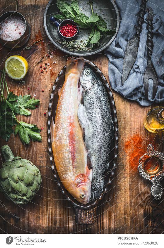 Forellen Fische in Backform auf dem Küchentisch Lebensmittel Gemüse Kräuter & Gewürze Öl Ernährung Abendessen Bioprodukte Vegetarische Ernährung Diät Geschirr
