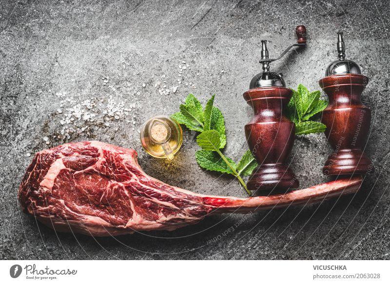 RoherTomahawk Rindersteak mit Gewürze, Salz und Pfefferstreuer Lebensmittel Fleisch Kräuter & Gewürze Öl Ernährung Abendessen Geschäftsessen Bioprodukte Stil