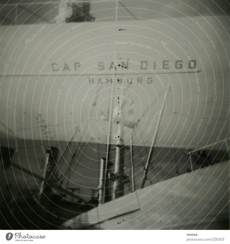 san diego Hamburger Hafen cap san diego Menschenleer Sehenswürdigkeit Schifffahrt Gefühle ruhig Schwarzweißfoto Außenaufnahme Lomografie Tag Schiffsbug
