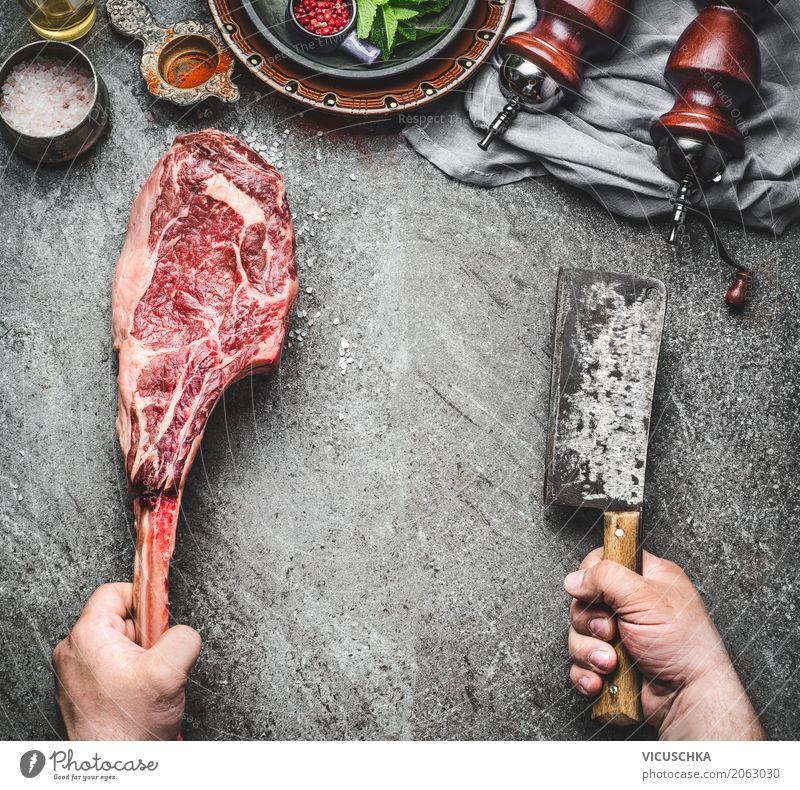 Männliche Hände halten Tomahawk Rindfleisch Steak Mensch Hand Foodfotografie Essen Stil Lebensmittel Design maskulin Ernährung Tisch Küche Bioprodukte Grillen