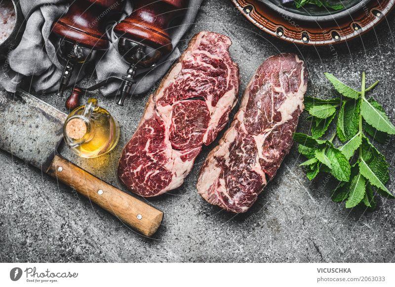 Zwei marmorierte rohe Rindersteaks mit Hackmesser und Gewürze Lebensmittel Fleisch Kräuter & Gewürze Öl Ernährung Mittagessen Abendessen Picknick Geschirr