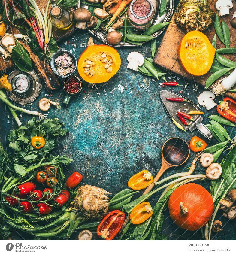 Kürbis und andere Gemüse und Zutaten mit Kochlöffel Lebensmittel Salat Salatbeilage Kräuter & Gewürze Ernährung Bioprodukte Vegetarische Ernährung Diät Geschirr