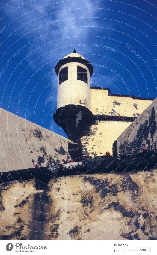 Turm 1 Himmel weiß blau Wolken Mauer Architektur Portugal Madeira