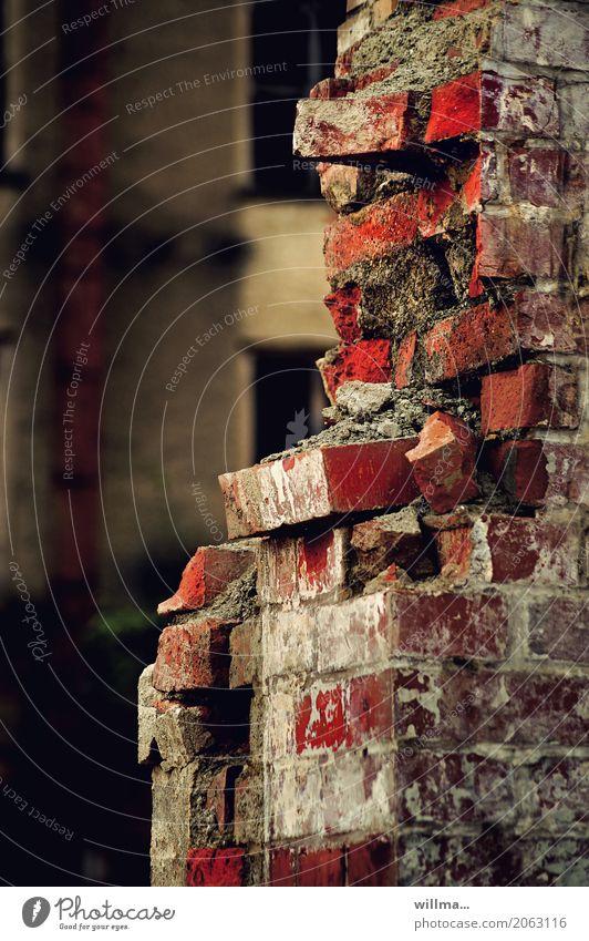 Kaputte Mauer aus Ziegelsteinen Ziegelbauweise kaputt Wand Backstein Verfall verfallen alt baufällig