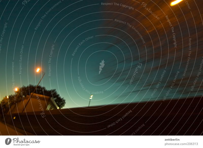 Nachts Himmel Sommer Straße Mauer Straßenverkehr Geschwindigkeit fahren Dynamik Autofahren Straßenbeleuchtung Abenddämmerung Textfreiraum Juni